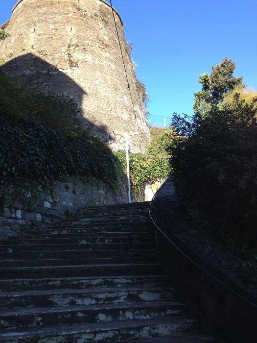 les escaliers pour initiés sous les vestiges des remparts de LYON